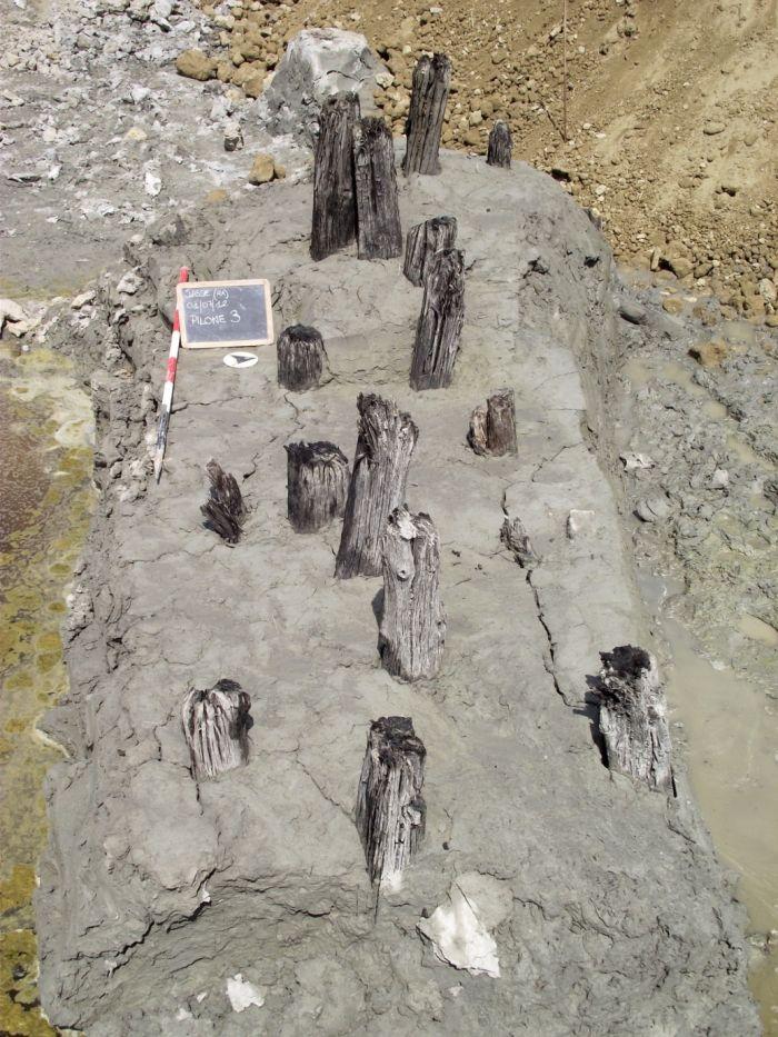 I resti delle strutture lignee di contenimento della sponda