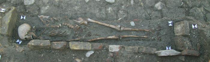 Una delle sepolture ad inumazione (VII secolo d. C.) rinvenuta all'interno dello scavo